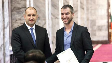 Президентът Румен Радев връчва на Ивайло Стоев  грамота за високи постижения в иновациите в края на 2019 година