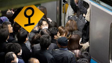 В час пик в токийското метро е така...