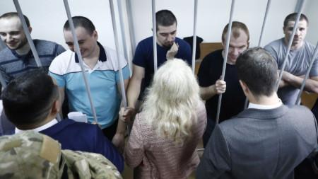 Украински моряци в клетка на делото им в съд в Москва за мярката им за неотклонение.