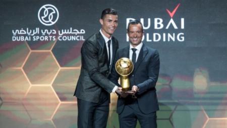 Роналдо получава наградата си.