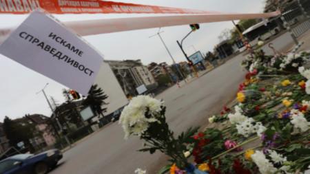 Λουλούδια και απαίτηση για απονομή δικαιοσύνης στον τόπο του δυστυχήματος