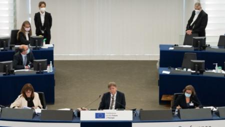 Ги Верхофстад (в средата) на Конференцията за бъдещето на Европа.