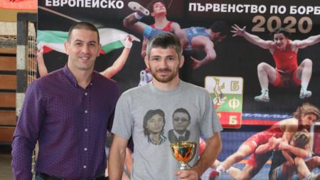 Христо Маринов награждава Константин Стас.
