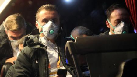Футболистите на Лудогорец бяха с маски по време на целия си престой в Италия.
