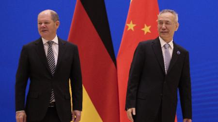 Германския финансов министър Олаф Шолц и китайския вицепремиер Лю Хъ след края на двустранните преговори