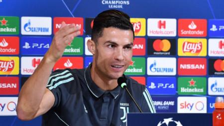 Кристиано Роналдо говори пред медиите.