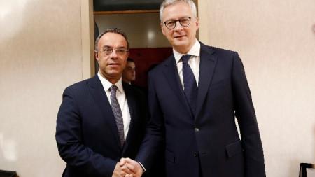 Френският финансов министър Бруно льо Мер (вдясно) и гръцкият му колега на срещата им в Атина.