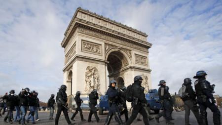 Френски сили за борба с безредиците около Триумфалната арка в Париж.