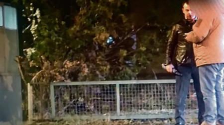 Кадър от видеоклипа за срещата между руският зам.-военен аташе Георгий Клебан (с черното яке) и сръбски гражданин.