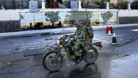"""Военни минават край атакувания в неделя хотел """"Кингсбъри"""" в Коломбо. Ситуацията в Шри Ланка постепенно се нормализира след атентатите."""