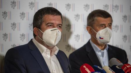Чешкият премиер Андрей Бабиш и вътрешния и външен министър Ян Хамачек на пресконференцията в Прага в събота.