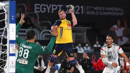 Шведът Линус Першон стреля към вратата на Египет.