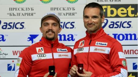Алберт Попов (вляво) и Ивайло Борисов позират с наградите си.