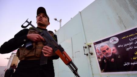 Член на иракска паравоенна групировка в Багдад.