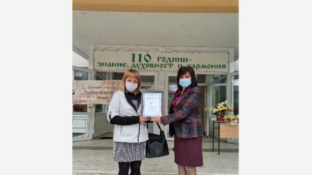 Камелия Михайлова получава почетен знак от директора на ОУ
