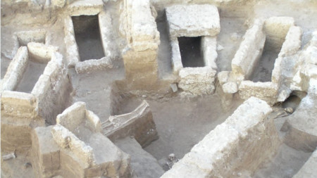 Градени гробове в некропола