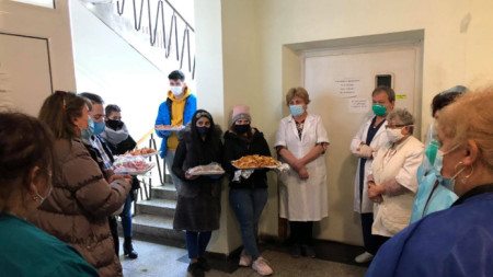 Students from Pavlikeni bring banitsas to doctors in municipal hospital