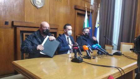 Емил Димитров и Николай Нанков на пресконференция в Бургас.