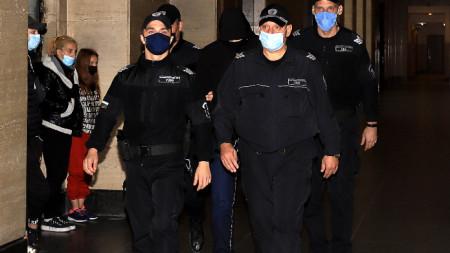 Полицаи водят обвиняемия Кристиан Николов към съда.