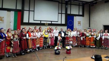 """Ansambli """"Goce Dellçev"""" nga qyteti Sofja dhe Ansambli vokal """"Ezerec"""" nga qyteti Bllagoevgrad në një skenë të përbashkët"""