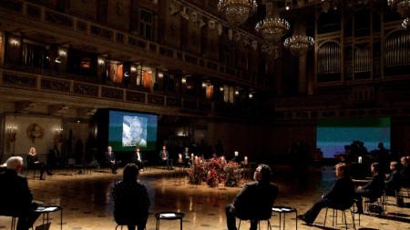 Общ изглед по време на националния траурен акт за починалите по време на пандемията в зала Konzerthaus Berlin, Германия, 18 април 2021 г.