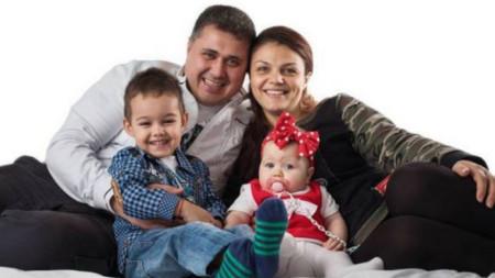Александра Кръстянина с родителите си и брат й