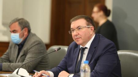 Министър Ангелов и доц. Кунчев (вляво) бяха сред участниците в днешния брифинг.