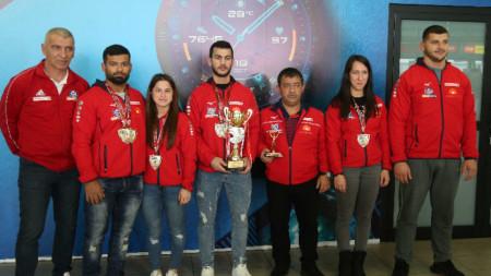 Отборът ни с медалите и купата от турнира