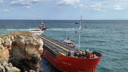 """Операцията по изтеглянето на заседналия кораб """"Вера Су"""" днес бе временно прекратена."""