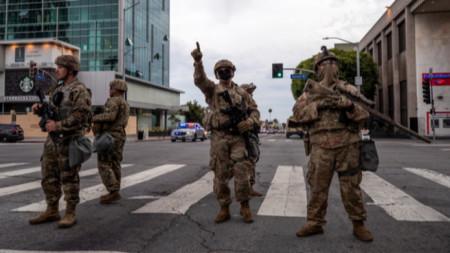 Войници от Националната гвардия на улица в Лос Анджелис