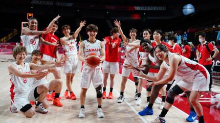 Японките след победата на полуфинала.