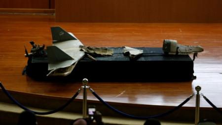Остатъци от унищожен дрон, пуснат от хусите, са показани на пресконференция в Рияд на 20 януари 2019 г.