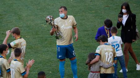 Артьом Дзюба с шампионския трофея на Зенит.