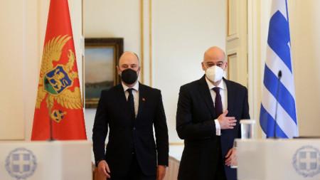 Черногорският външен министър Джордже Радулович (вляво) с гръцкия си колега Никос Дендиас в Атина.