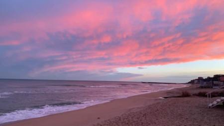Пурпурно небе по залез край морето