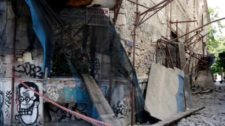 Отломки, паднали от изоставена сграда по време на земетресението в Атина.