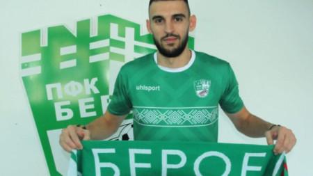 Крум Стоянов позира с екипа на Берое.
