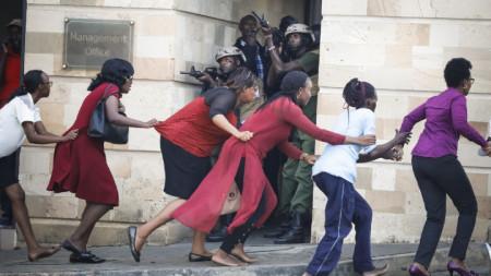 Цивилни напускат атакувания хотелски комплекс в кенийската столица Найроби, прикривани от военни.