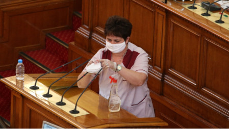 Днес, в първия ден на обявената вчера извънредна епидемична обстановка, се състоя редовно пленарно заседание на Народното събрание със спазване на всички епидемични мерки