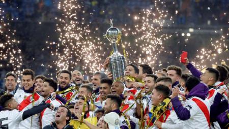 Играчите на Ривър Плейт ликуват с Копа Либертадорес в Мадрид.