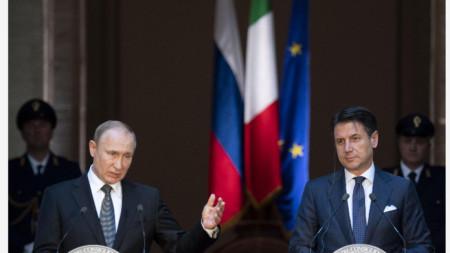Президентът на Русия Владимир Путин (вляво) и премиерът на Италия Джузепе Конте
