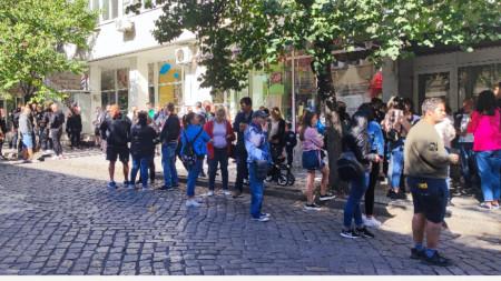 Стотици жители на Стара Загора излязоха на протест след ужасяващия инцидент, при който дрифтиращ шофьор блъсна три момичета на тротоар в града