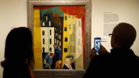 Посетители пред картина на Лионел Файнингер от 1921 г., част от колекция, посветена на школата Баухаус