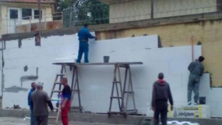 Строители санират оградата на затвора в Пловдив