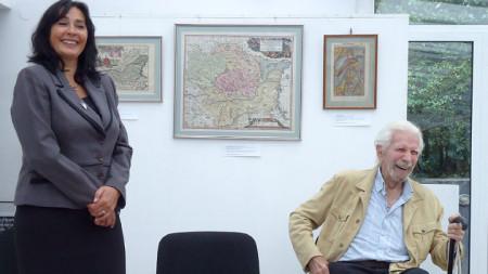 """Tanja Michajlowa und Dr. Simeon Simow bei der Eröffnung der Ausstellung """"15 alte Landkarten Bulgariens, 15 Jahre diplomatisches Institut in Bulgarien"""""""