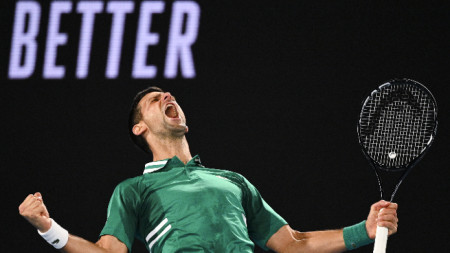 Новак Джокович крещи от радост след последната точка.