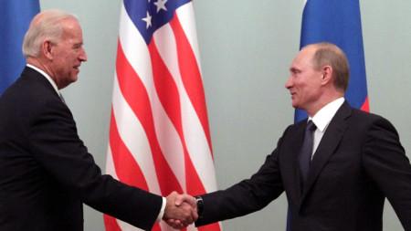 Джо Байдън, тогава вицепрезидент на САЩ, се ръкува с тогавашния руски премиер Владимир Путин по време на срещата им в Москва, 10 март 2011 г.
