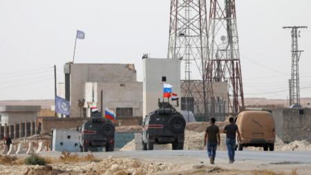 Знамена на Сирия и Русия се веят над военни машини край Манбидж.