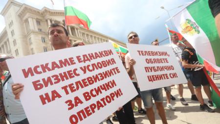 Протест на малки кабелни оператори срещу акциите на ГДБОП.