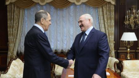Сергей Лавров (вляво) и Александър Лукашенко на срещата им в Минск.